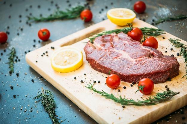 Carne di manzo cruda sul tagliere