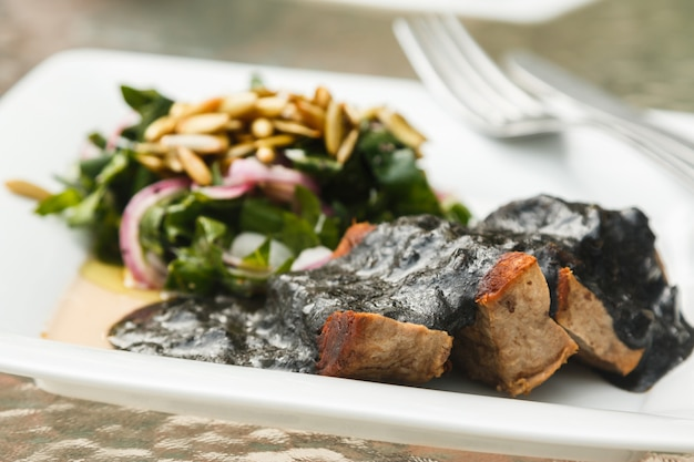 Carne di manzo e salsa nera con fagioli