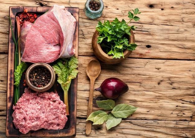 Carne di manzo macinata cruda