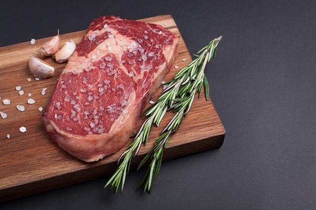 Carne di marmo grezza, bistecca di angus ribeye nera.