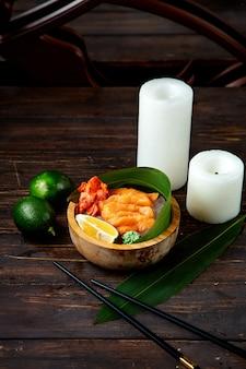 Carne di pesce e feyjoa con candele sul tavolo
