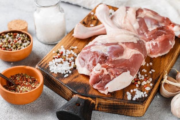 Carne di pollame cruda. cosce d'anatra, aglio e spezie
