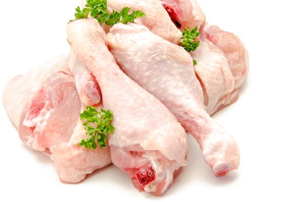 Carne di pollo cruda su fondo bianco