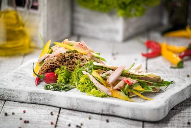 Carne di pollo fritto con verdure in pane pita