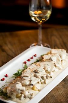 Carne di pollo su gnocchi grattugiati in salsa di funghi e formaggio affumicato