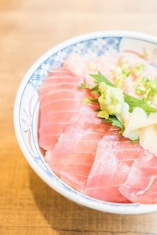 Carne di tonno del pesce crudo in ciotola di riso
