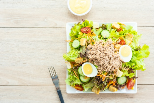 Carne di tonno e uova con insalata di verdure fresche