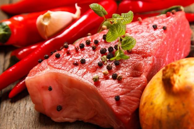 Carne e verdure crude