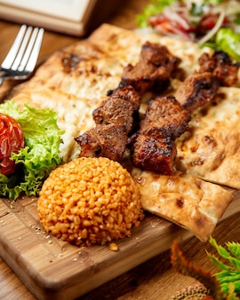 Carne fritta su pane e contorno