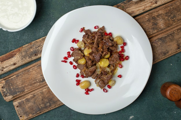 Carne govurma con castagne e semi