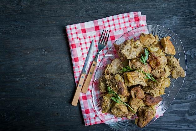 Carne grigliata. spiedini di maiale in un piatto.