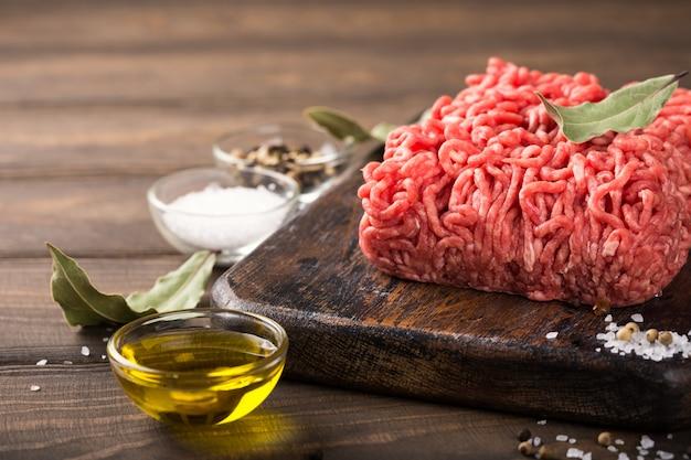 Carne macinata di manzo crudo fresco