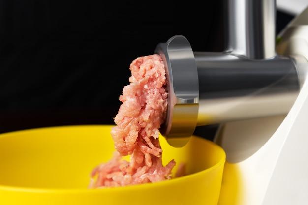Carne macinata in un tritacarne elettrico