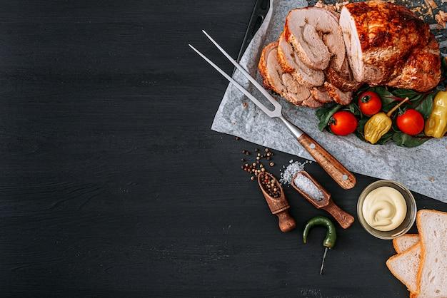 Carne per cena. fette di carne al forno con verdure
