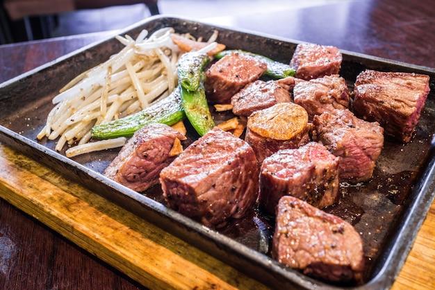 Carne sugosa con verdure