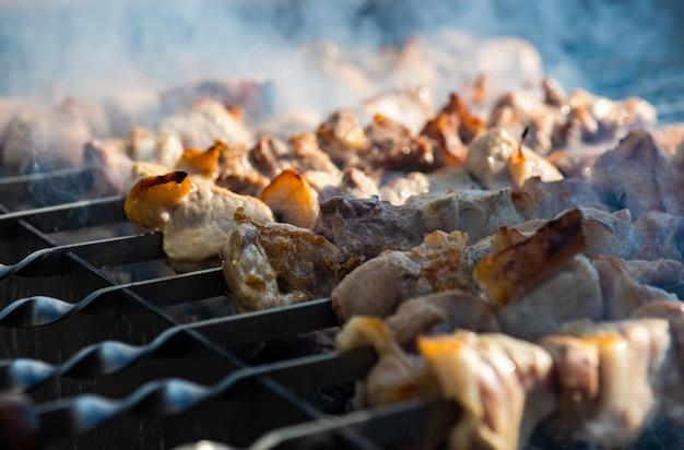 Carne suina bbq o shashlik su mangal