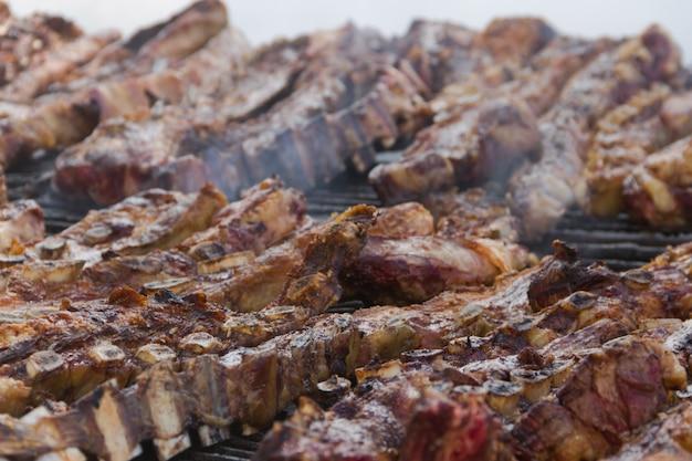Carne tradizionale grigliata alla brace nella campagna argentina