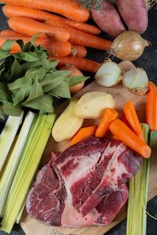 Carni e verdure per la preparazione di french pot au feu
