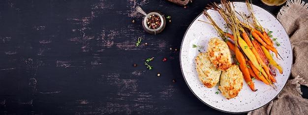 Carote biologiche al forno con timo e cotoletta / polpetta di pollo e zucchine. dieta alimentare. banner.
