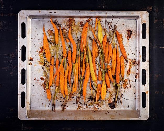 Carote biologiche al forno con timo, miele e limone