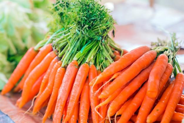 Carote. carote organiche fresche. carote di giardino fresco. mazzo di carote organiche fresche al mercato.