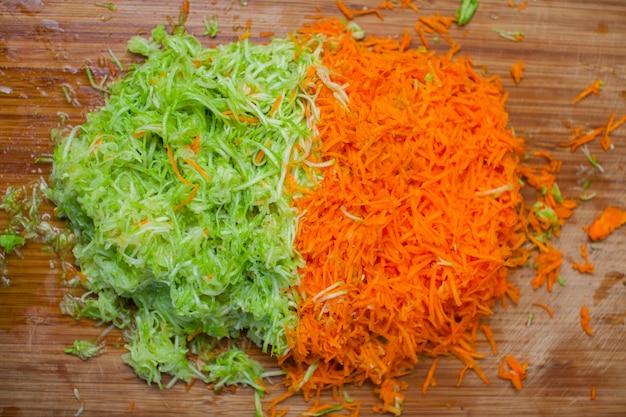 Carote e zucchine tagliuzzate con una grattugia