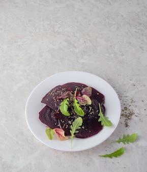 Carpaccio di barbabietola, un concetto di cibo sano. una bella insalata. copia spazio.