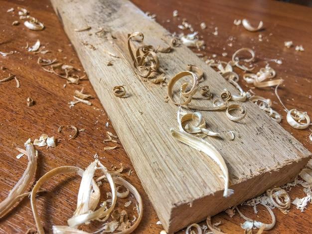 Carpenter fa il suo lavoro, lavorazione del legno a mano.