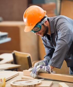 Carpenter lavorando su legno