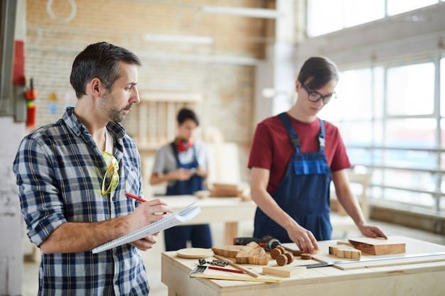 Carpenter supervisionare la produzione