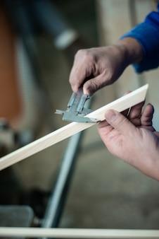 Carpentiere al lavoro in officina