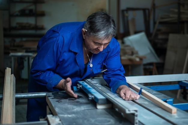 Carpentiere al lavoro nel suo laboratorio, lavorazione del legno