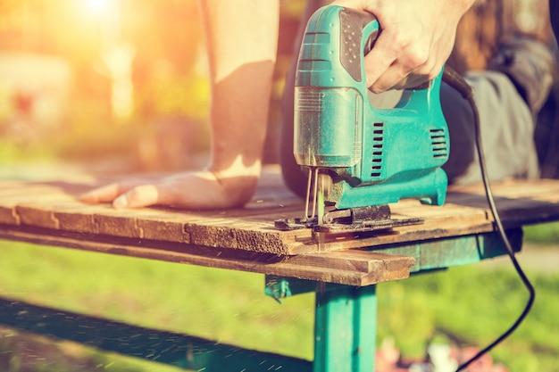 Carpentiere che lavora con il puzzle elettrico