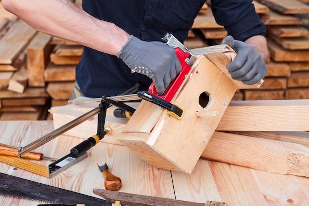 Carpentiere che lavora con l'aereo su fondo di legno