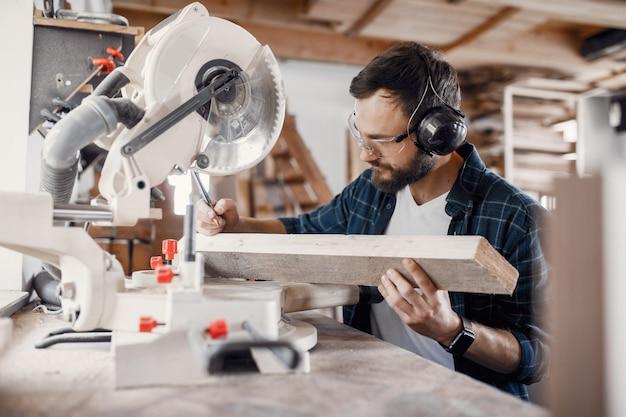 Carpentiere che lavora con sega circolare
