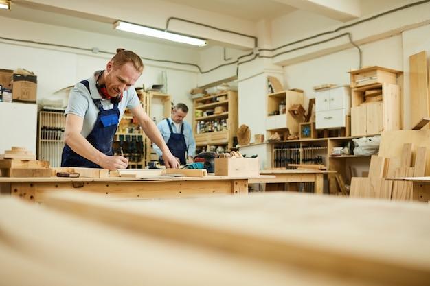 Carpentiere che lavora in falegnameria