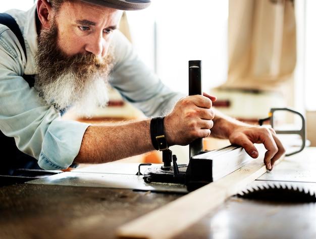 Carpentiere che lavora in officina