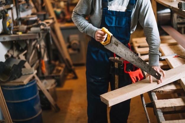 Carpentiere che lavora