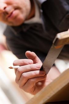 Carpentiere con angolo e matita