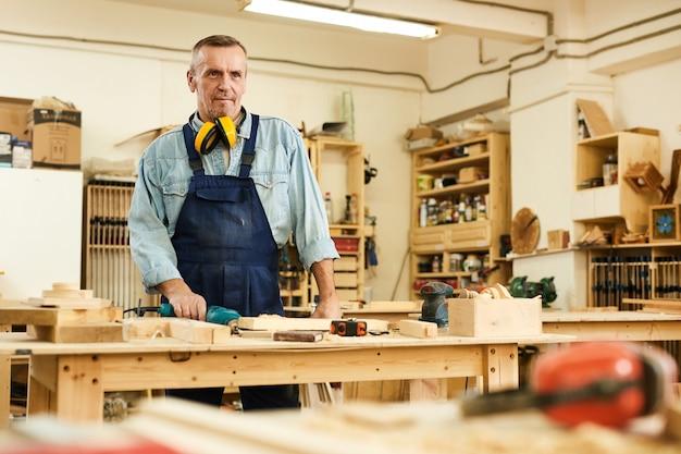 Carpentiere maturo in officina