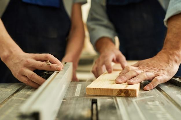 Carpentieri che tagliano fine di legno in su