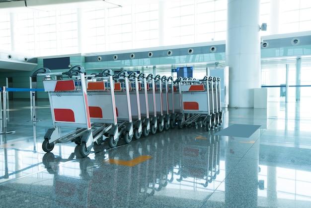 Carrelli bagagli all'aeroporto moderno