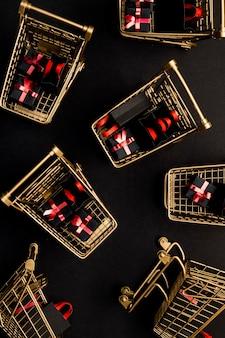 Carrelli del supermercato pieni di prodotti promozionali del black friday