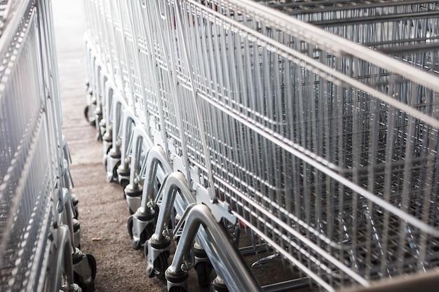Carrelli della spesa fuori dal supermercato