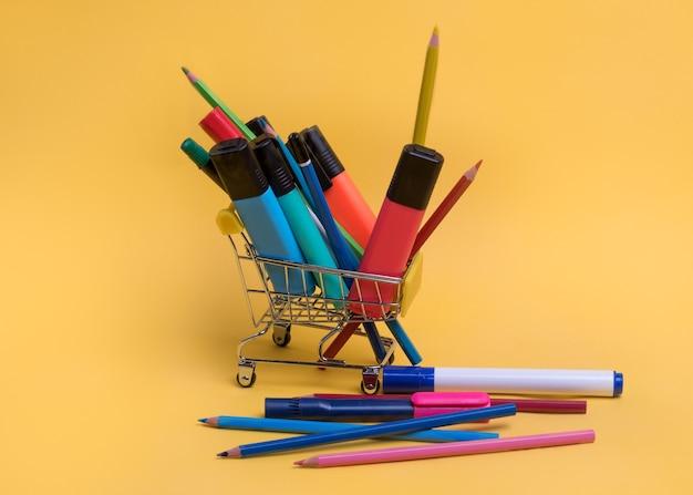 Carrello con articoli di cancelleria colorati