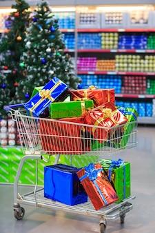 Carrello con doni in un supermercato