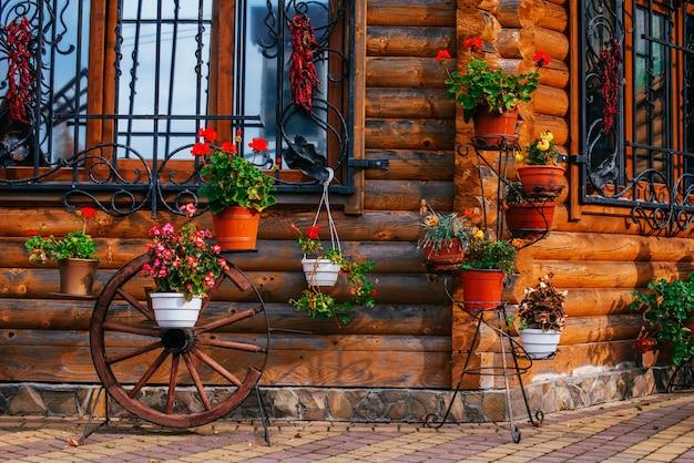 Carrello con ruote con vasi di fiori