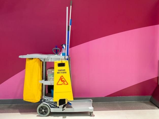 Carrello degli attrezzi per la pulizia e set di attrezzature per la pulizia nei reparti