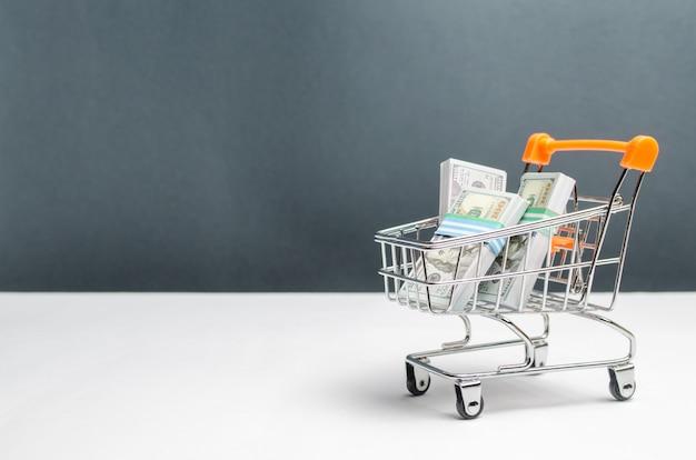 Carrello del supermercato con pacchi di dollari