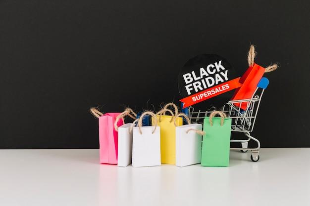 Carrello del supermercato giocattolo con pacchetti e adesivo di vendita